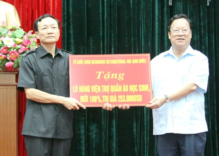RoK organisation supports needy students in Ninh Binh hinh anh 1