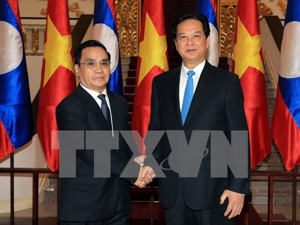 Vietnamese, Lao PMs hold talks to boost cooperation hinh anh 1