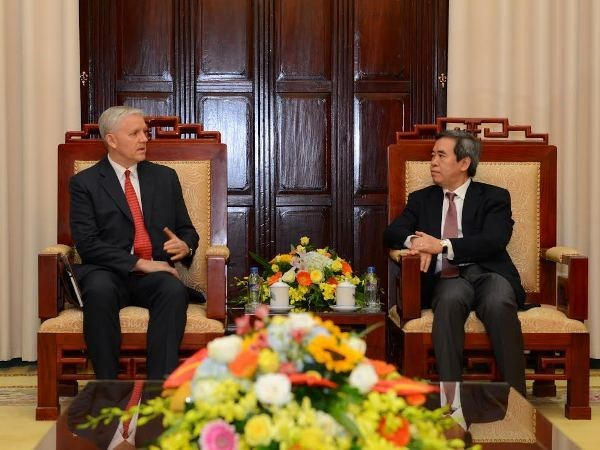 Bank governor meets with new ADB country director hinh anh 1