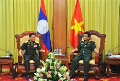 Vietnam, Laos tank-artillery forces boost training cooperation hinh anh 1