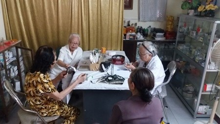 Doctors treat patients for free at clinic in Hanoi hinh anh 1