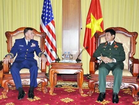 Senior military officer greets US Coast Guard Commandant hinh anh 1