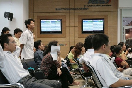 Experts optimistic as Vietnamese shares climb hinh anh 1