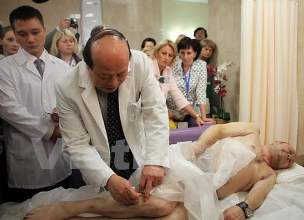Traditional Vietnamese acupuncture shines in Russia hinh anh 1