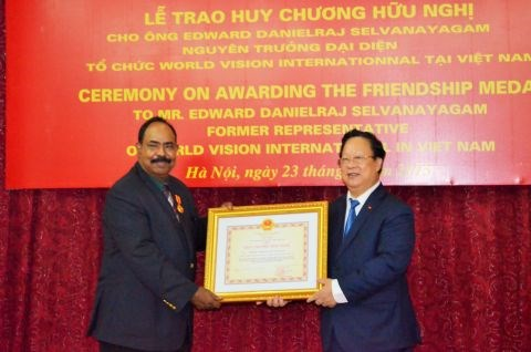 Former World Vision national director receives Friendship Medal hinh anh 1