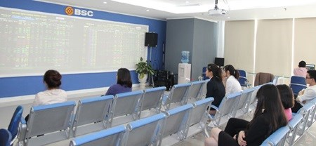 Vietnamese shares reverse early gains hinh anh 1