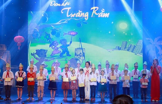 Authorities help needy children enjoy Moon festival hinh anh 1