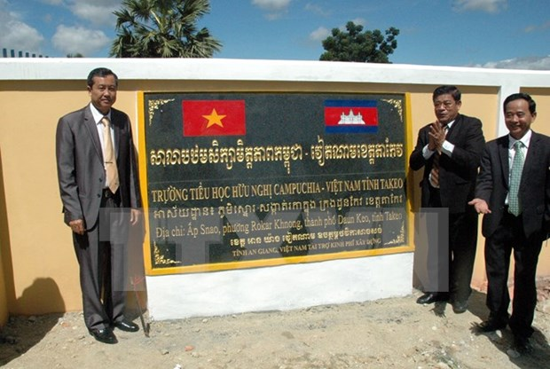 Vietnamese province helps Cambodia build school hinh anh 1