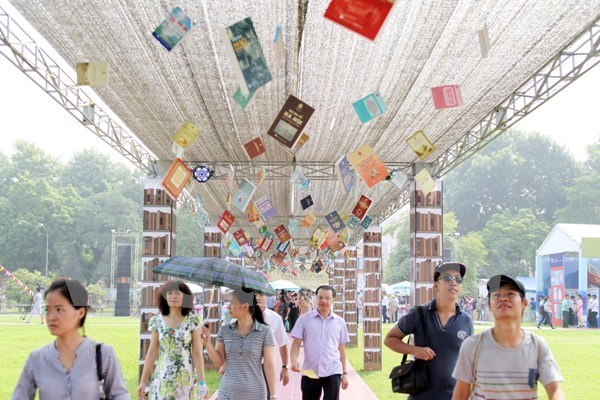 Hanoi Book Festival attracts people of all ages hinh anh 1