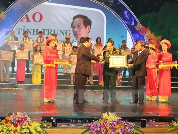 Outstanding individuals honoured for environmental protection efforts hinh anh 1