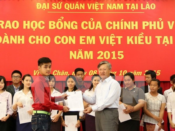 Vietnamese Gov't scholarships granted to OV students in Laos hinh anh 1
