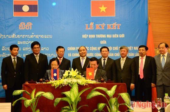 Vietnam, Laos border trade agreement passed hinh anh 1