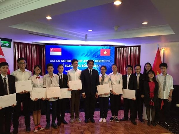 Vietnamese students receive ASEAN scholarships hinh anh 1