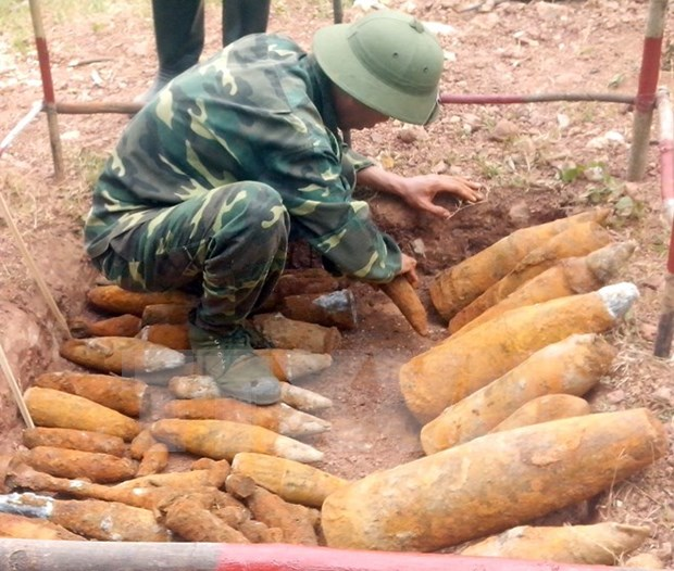 US officials explore mine consequence recovery in Quang Tri hinh anh 1