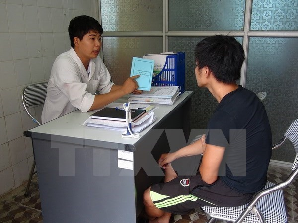 New handbook on HIV/AIDS treatment released hinh anh 1