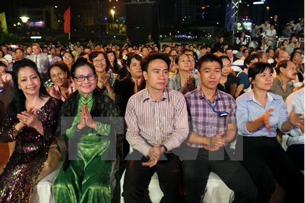 Front officials meet expats attending National Day event hinh anh 1