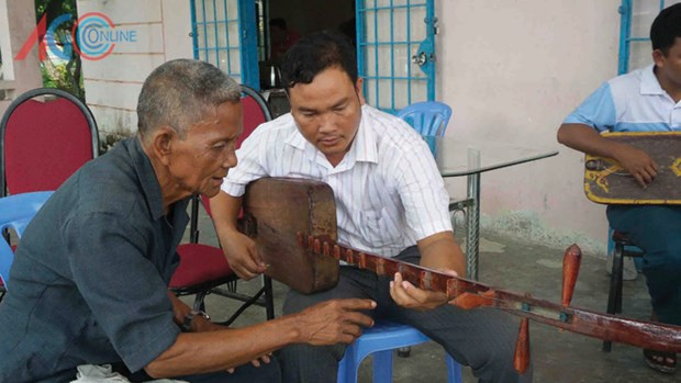 Khmer youths learn to play traditional musical instrument hinh anh 1