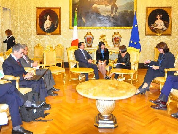 Party officials visit Greece, Italy to strengthen ties hinh anh 1