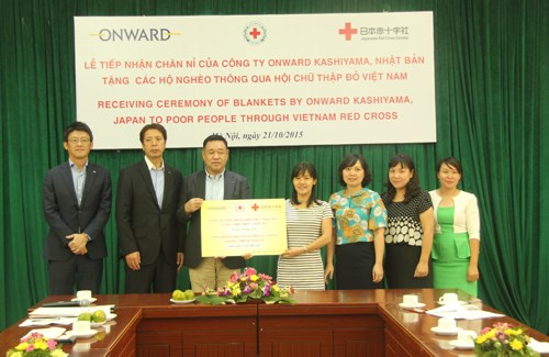 Japanese company donates blankets to Vietnamese poor hinh anh 1
