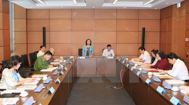 Lawmakers discuss draft documents submitted to Party Congress hinh anh 1