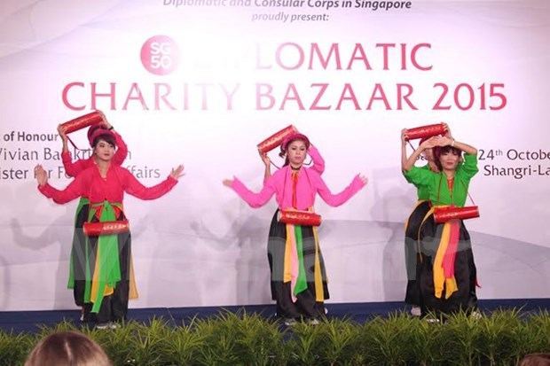 Vietnam joins charity fair in Singapore hinh anh 1