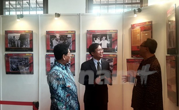 Exhibition highlights Vietnam-Indonesia diplomatic ties hinh anh 1
