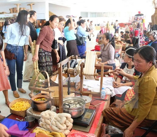 Vietnam's handicraft products showcased in Laos hinh anh 1