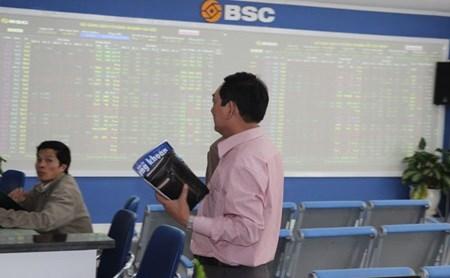Vinamilk leads market rebound hinh anh 1