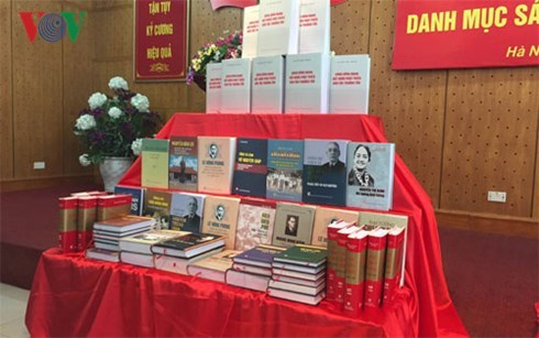 Books on Vietnamese Party and leaders make debut hinh anh 1