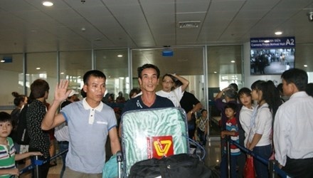 First group of Vietnamese workers in Algeria land home hinh anh 1