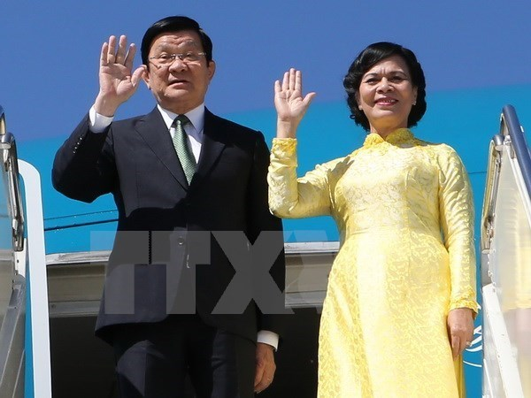 President arrives in Manila to join APEC summit hinh anh 1