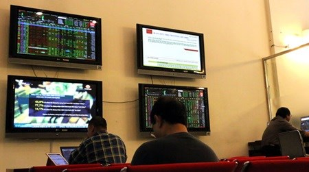 Vietnamese shares fall as oil prices drop hinh anh 1