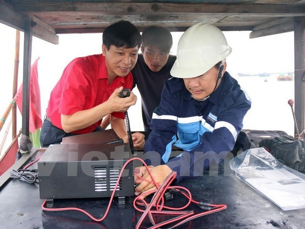 Coastal fishermen presented with communication devices hinh anh 1
