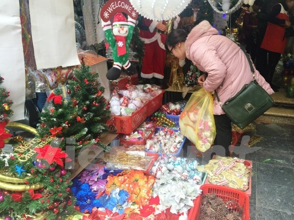 Christmas in the air in every corner of Hanoi hinh anh 1
