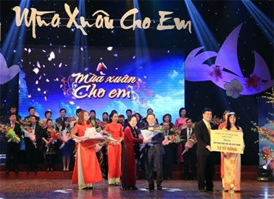 Nearly 2.7 million USD raised for needy children hinh anh 1