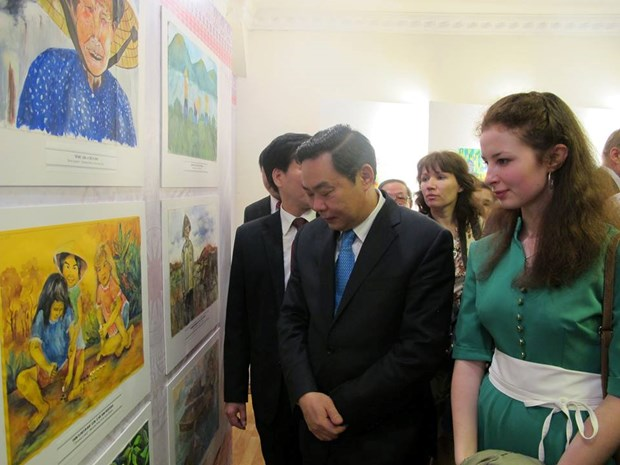 Exhibition displays children's paintings on Vietnam and Russia hinh anh 1