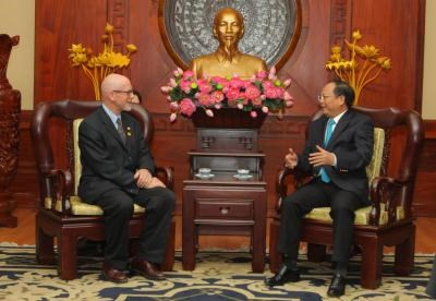 US Communist Party leader welcomed in HCM City hinh anh 1