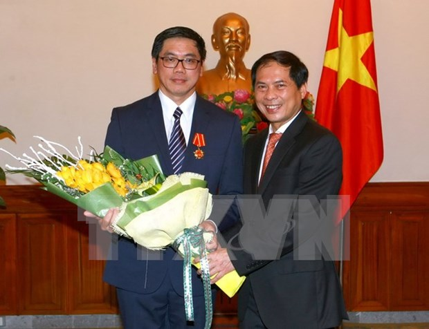 Singaporean ambassador awarded with Friendship Order hinh anh 1