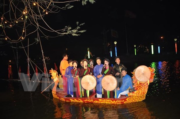 Pho Hien bustling with festive activities hinh anh 1