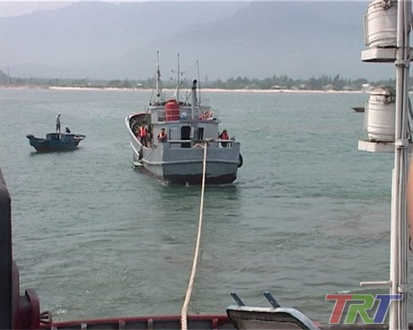 Chinese fishing vessel rescued off Thua Thien-Hue shore hinh anh 1