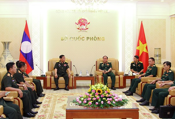 Vietnam fosters defence links with Laos, US hinh anh 1