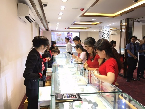 Gold prices take nosedive following two-year high hinh anh 1