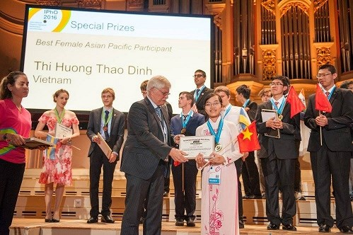 Vietnam wins two gold medals at Int'l Physics Olympiad 2016 hinh anh 1