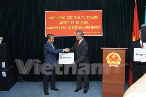 Overseas Vietnamese pay tribute to heroic martyrs hinh anh 1