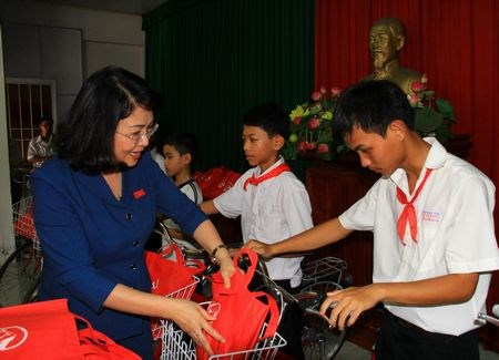Vice President grants scholarships to Dong Thap children hinh anh 1