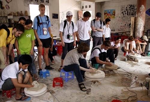 Hanoi's youth take craft village tour hinh anh 1