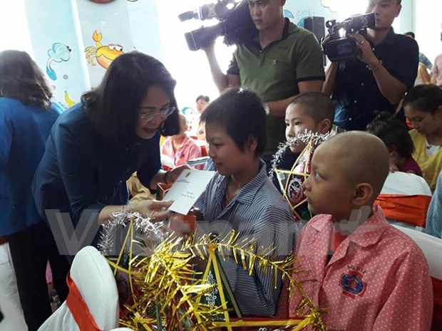 Vice President visits children patients on moon festival hinh anh 1