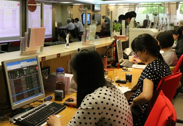 Stocks end mixed as crude prices drop hinh anh 1