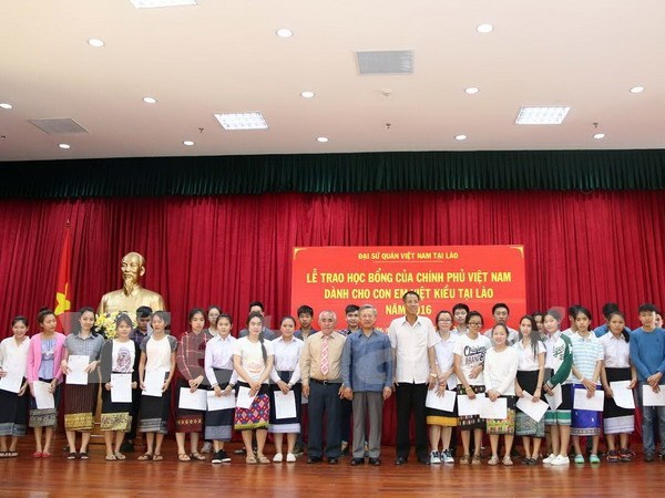 Vietnamese Government grants scholarships to expat students in Laos hinh anh 1