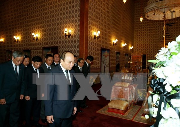 Prime Minister pays respect to late Thai King hinh anh 1